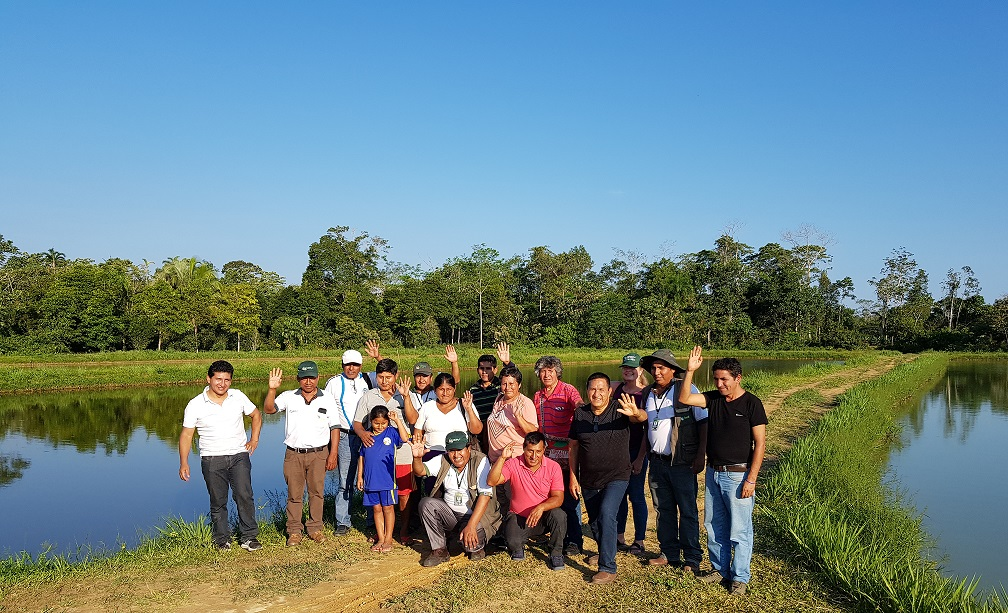Productores de coca del Perú visitan proyectos implementados por el FONADIN